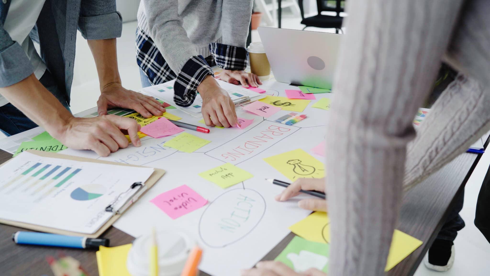 Groupe d'hommes d'affaires en tenue décontractée discutant d'idées au bureau. Des professionnels créatifs réunis autour d'une table de réunion pour discuter des questions importantes du nouveau projet de démarrage réussi.